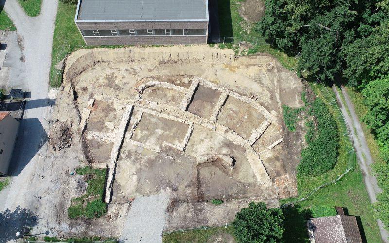 Ein Teil der Grundmauern von Schloss Baruth nach ihrer Ausgrabung im Sommer 2021.  © Landesamt für Archäologie Sachsen, C. Schubert